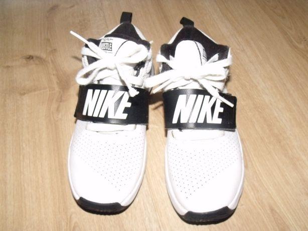 Nike Hustle roz.33