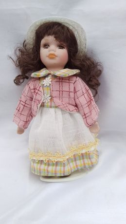 Кукла фарфоровая ( 20 см) коллекционная, в подарочной упаковке.