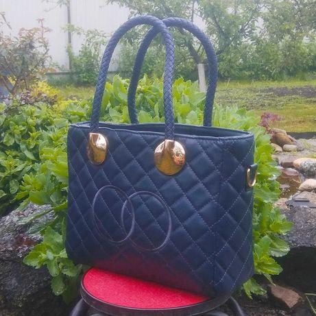 Красивая небольшая вместительная сумка.