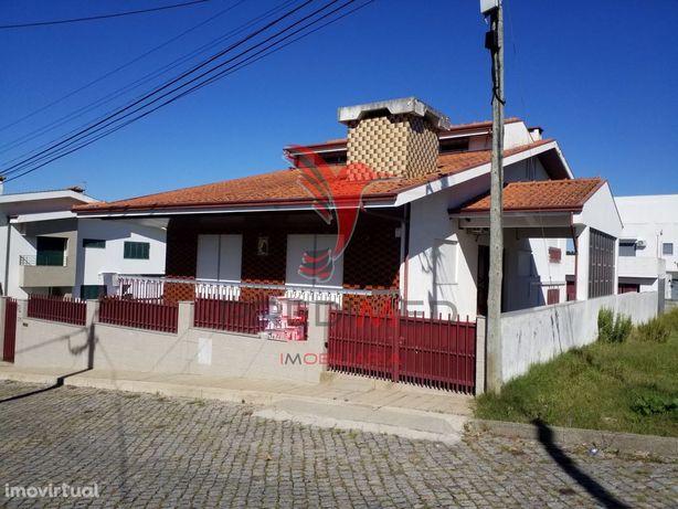 Moradia T3+1 com 4 frentes em Silva Escura Maia