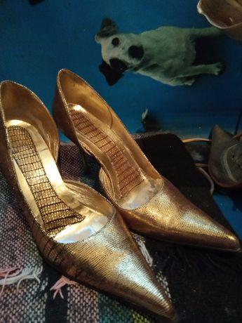 Актуальные шикарные золотые туфли