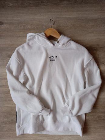 Biała bluza z czarnym napisem