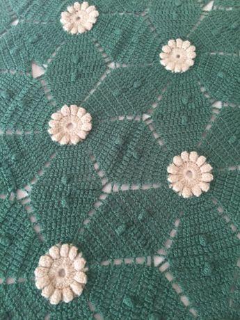 Colcha verde em renda