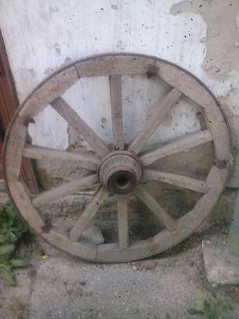Старинное колесо от подводы