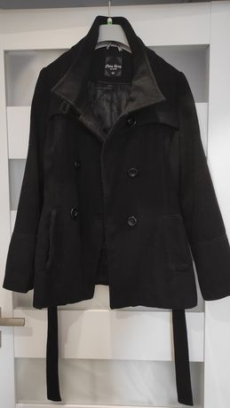 Czarny płaszcz zapinany na guziki