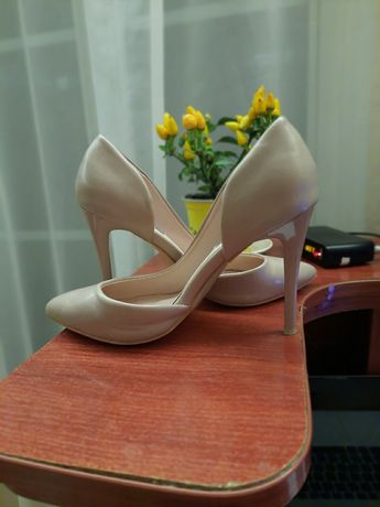 Продам бежевые туфли