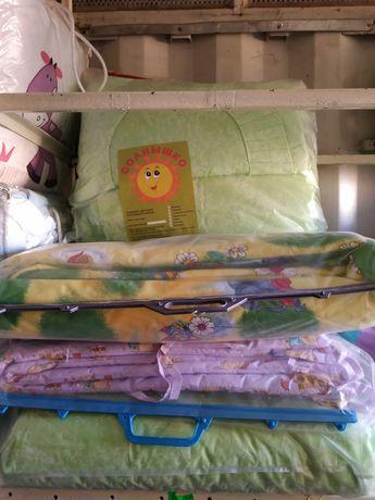 Полный комплект в детскую кроватку новый, дешево