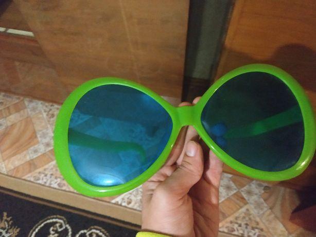 Игрушечные очки.
