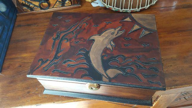 Baú golfinho de madeira forrado a couro - peça única de artesanato