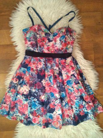 Sukienka mini na cienkich ramiączkach.