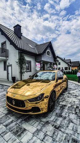 Samochod do ślubu Złote Maserati Corvetta Mustang Ferrari Porsche