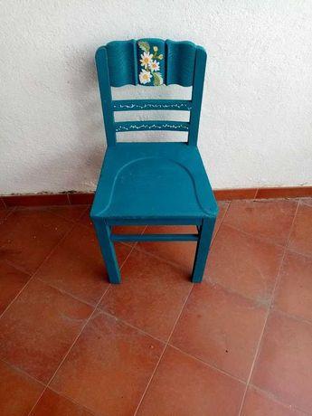 Cadeira em azul, pintada à mão