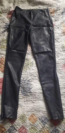 Штаны кожаные, тёмно-синие, молния сбоку и внизу.