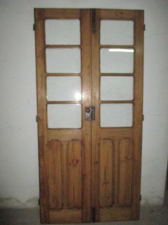 Porta antiga com vidros, restaurada
