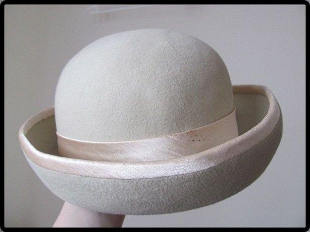 Beżowy kapelusz damski zdobiony tasiemką