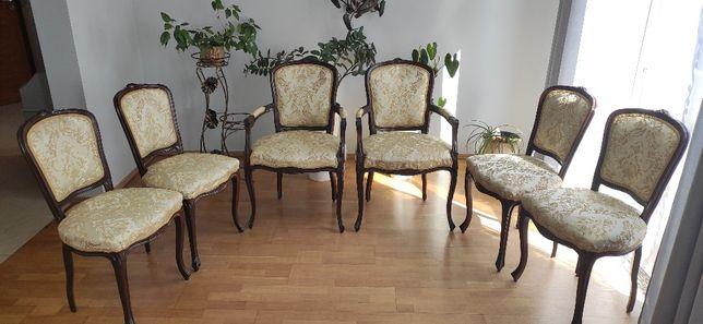 Zestaw stylowych krzeseł i foteli po renowacji.