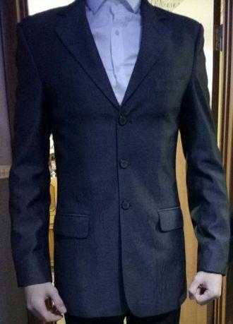 Серый классический костюм