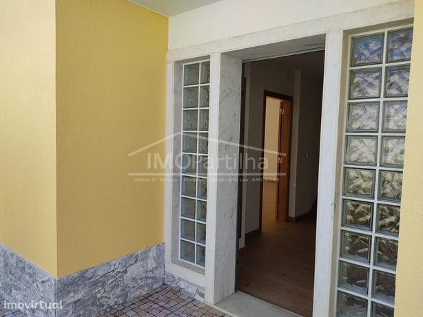 Moradia V4 NOVA Mem-Martins - 3 pisos, espaço exterior, churrasqueira