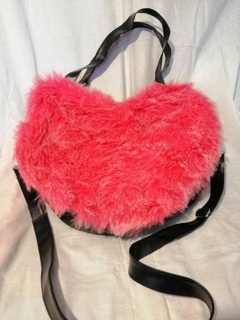 Futerkowa czerwona torebka w ksztalcie serca.