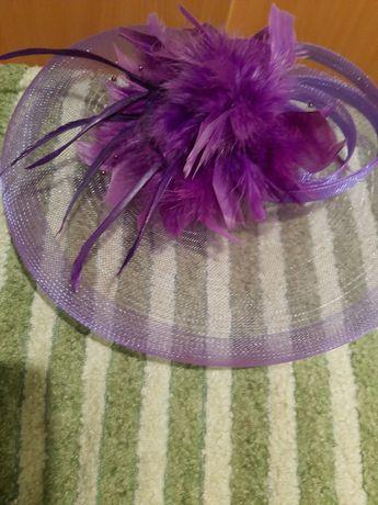 Продам заколку для волос в виде шляпки с перьями