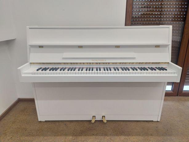 Białe pianino Nordiska z mechanizmem Renner