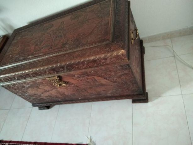 Arca de madeira cânfora esculpida