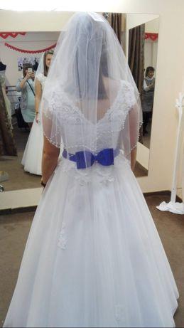 Suknia ślubna z chabrowym paskiem