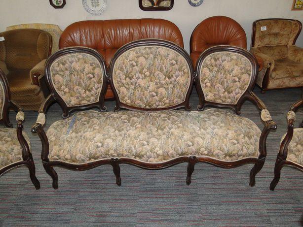 Canapé antigo de três lugares a necessitar de restauro
