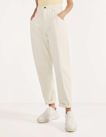 Новые джинсы слоучи цвета экрю slouchy bershka белые брюки бананы