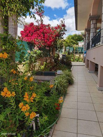 Moradia isolada com piscina no centro de Queijas