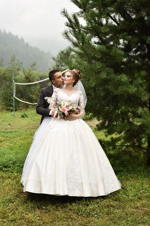 Весільна сукня .