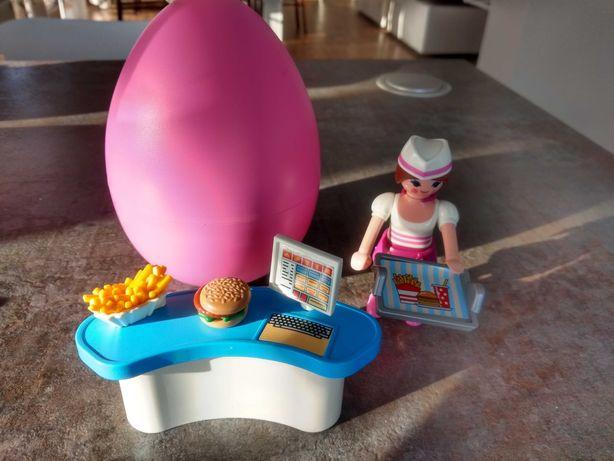 Playmobil zestaw z jajkiem KELNERKA przy ladzie