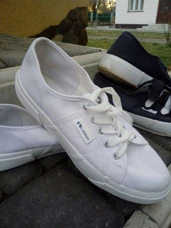 Жіноче спортивне взуття