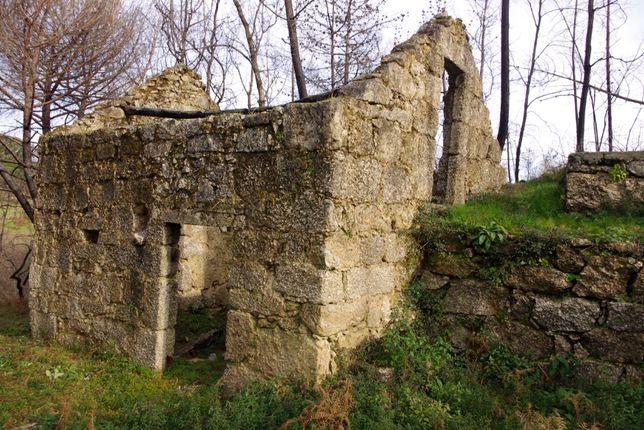 Ruína de pedra para restaurar, terreno de 1ha entre ribeiro e fonte