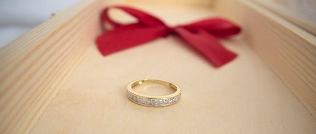 Złoty pierścionek z kolekcji Jacque Christie - śliczne diamenty