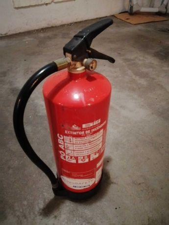 2 extintores cheios mas não teem certificado de validade