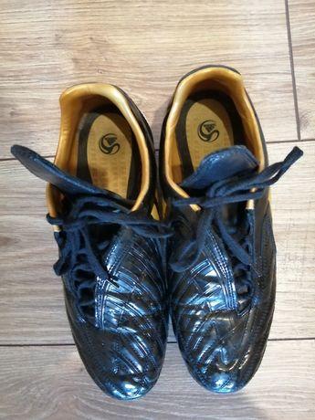 Buty sportowe Adidas.