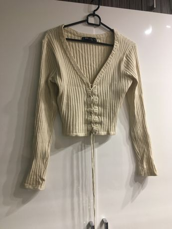 Kremowy sweterek z glebokim dekoltem i wiązaniem