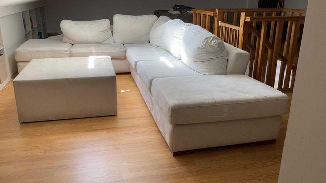 Sofá de canto com chaise longue e mesa de centro