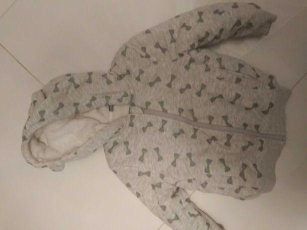 Bluza ocieplana białym misiem dla dziewczynki.