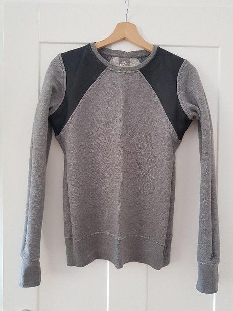 Szara bluza Nike ze skórzanymi wstawkami na ramionach