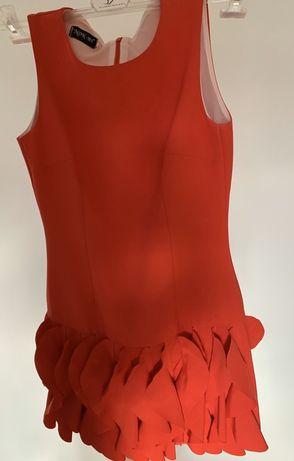 Sukienka z ruchomymi elementami u dołu. Piękny ciemny malinowy kolor