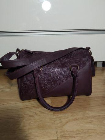 Fioletowa torebka.