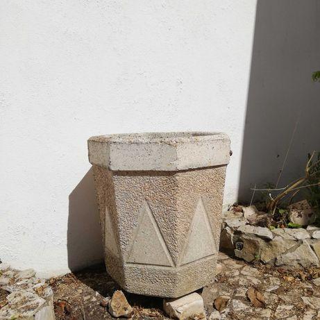 Vasos em pedra e casota