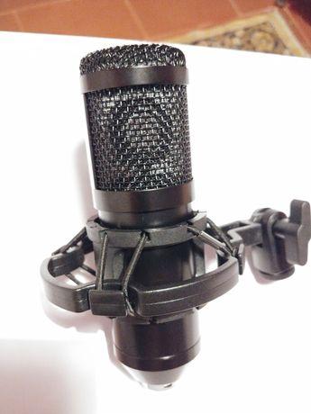 Microfone podcast tudo incluído.