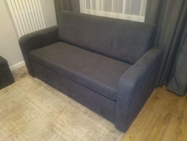 Rozkładana sofa 167 cm szeroka i 3 eleganckie pufy