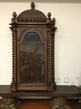 Oratório em madeira muito antigo