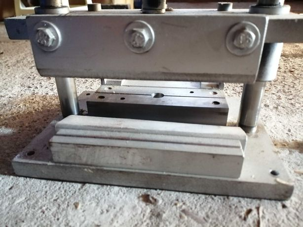 Станок прес ніж для виробництва вертикальних жалюзів