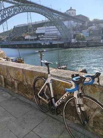 Bicicleta de estrada Focus carbono