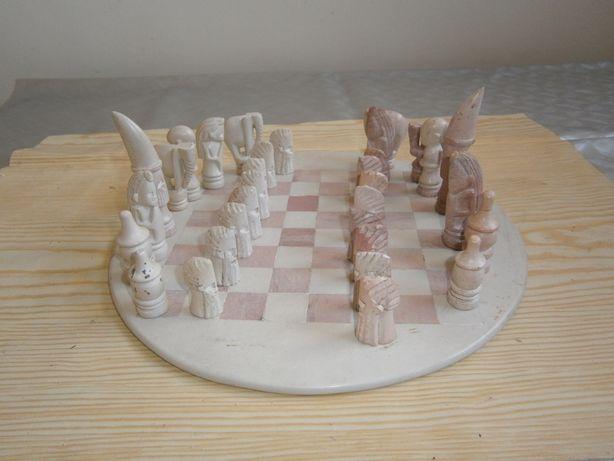 Jogo de xadrez completo c/ figuras e mesa em pedra